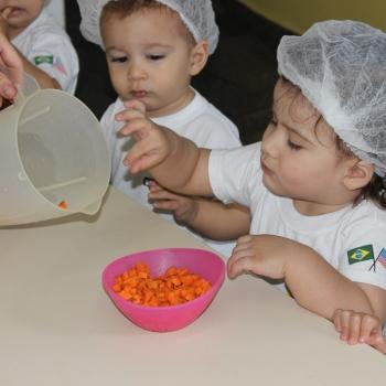 Aula de culinária na escola de educação infantil bilíngue