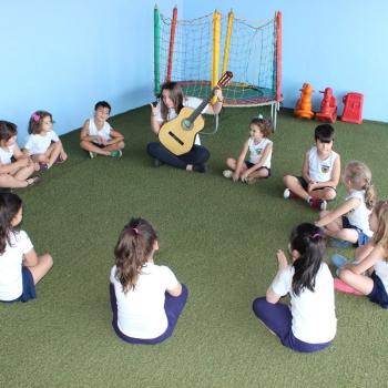 Aula de música na escola de educação infantil bilíngue