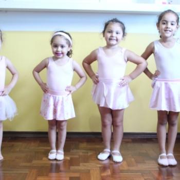 Meninas na aula de ballet da Bi-Bilíngue