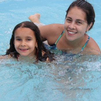 Aula de natação na escola de educação infantil bilíngue