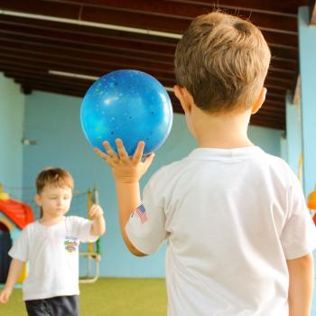Alunos Jogando Bola na Aula de Educação Física - Bi-Bilíngue