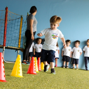 Crianças na Aula de Educação Física Bi-Bilíngue